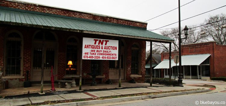 The Walking Dead location in Sharpsburg, Georgia: the bar where Hershel, Rick and Glenn are sitting after the barn incident.